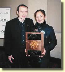 "Boris WILD en compagnie de la gagnante du "" Gold Lion's Head Award "", la jeune chinoiseBin Lin."