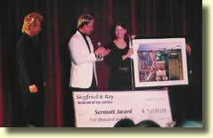 Roxanne recevant le Sarmoti Award des mains de Siegfried & Roy.