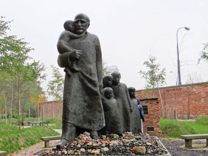 Monument à Janusz Korszak cimetière juif de Varsovie. (photo libre de droit - Creative Commons Attribution-Share Alike 3.0 Poland- auteur Jolanta Dyr)