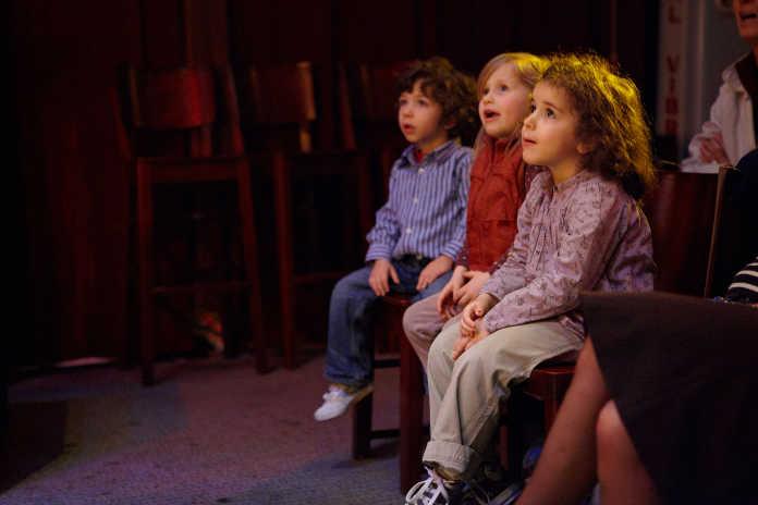 Enfants spectateurs pendant une représentation du Magicien Voyageur