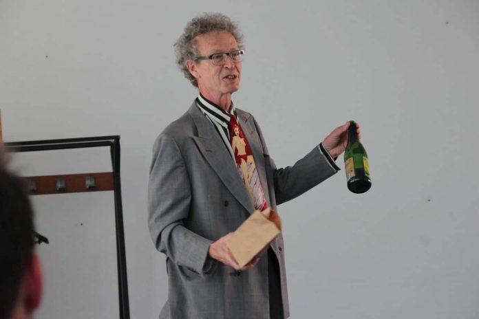 Conférence d'Alain de Moyencourt - apparition d'une bouteille de cidre