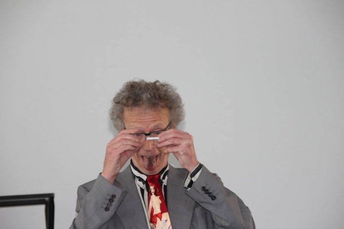 Conférence d'Alain de Moyencourt : manipulation de cigarette