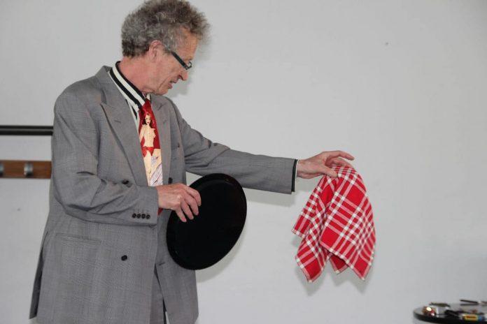 conférence d'Alain de Moyencourt : tour de scène avec de la vaisselle