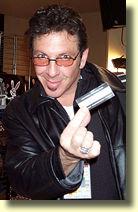 Vito LUPO tenant une carte de visite VM
