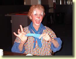 Barbara Bailey clown au club de Gary Darwin