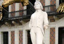 Statue Robert-Houdin devant la Maison de la Magie (Blois)