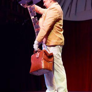 Un guéridon sort du sac à la manière de Mary Poppins...