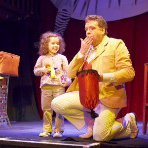Enfant sur scène avec Peter DIN