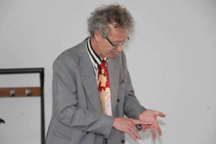 conférence d'Alain de Moyencourt : manipulation de dés à coudre